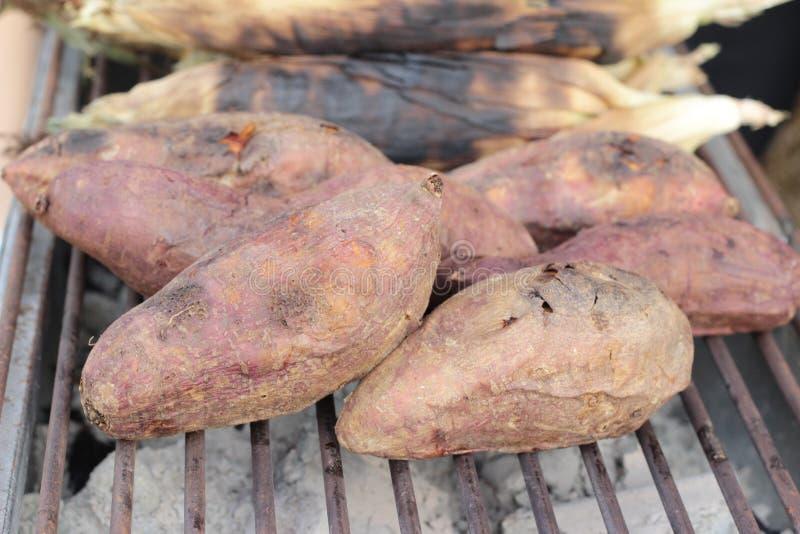 Los ñames queman, patata dulce en parrilla de la estufa imagenes de archivo