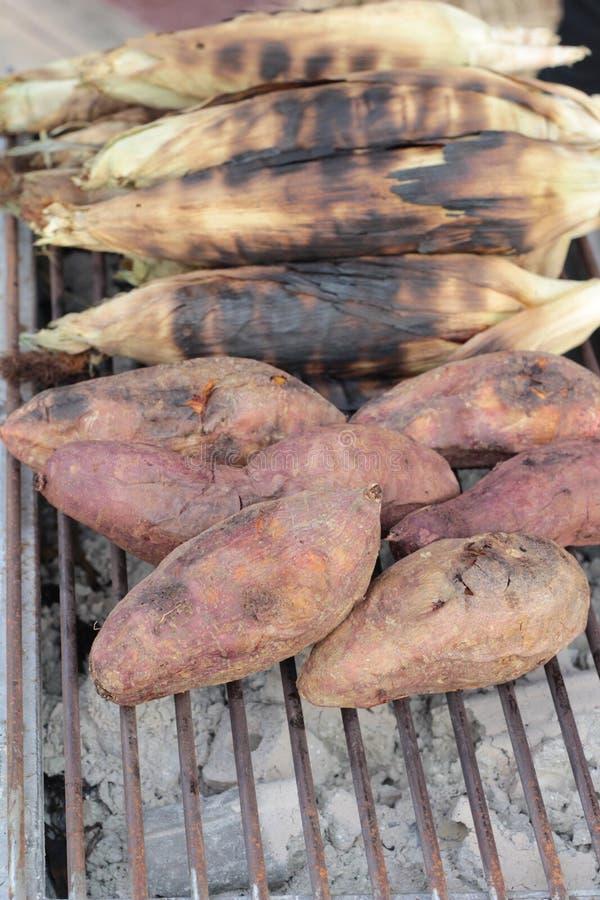 Los ñames queman, patata dulce en parrilla de la estufa foto de archivo