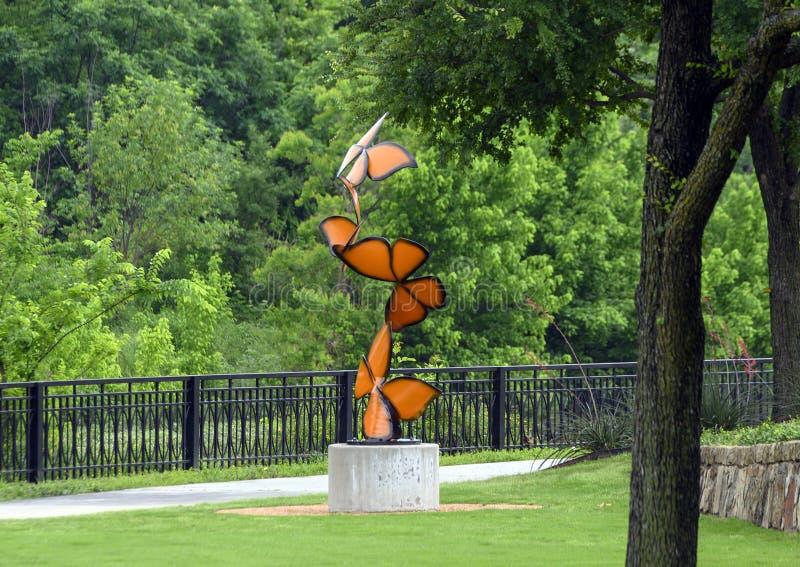 Los 'alborotos de la vida por ', una escultura de acero de Laura Walters Abrams localizaron en el parque de Watercrest, Dallas, T fotos de archivo