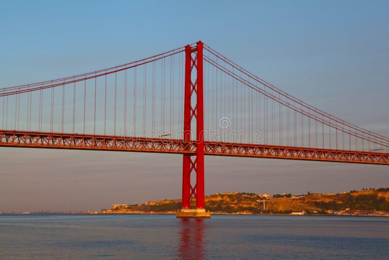 Los 25 de Abril Bridge es un puente de suspensión fotos de archivo