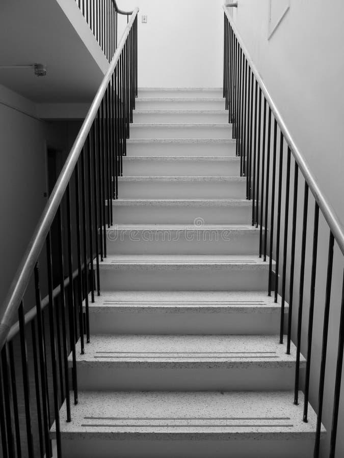los años 50: escalera blanco y negro del terrazo foto de archivo
