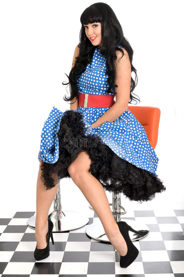 Los años 50 clásicos jovenes atractivos atractivos de Posing In del modelo del vintage diseñan la polca azul y blanca Dot Dress imagen de archivo libre de regalías