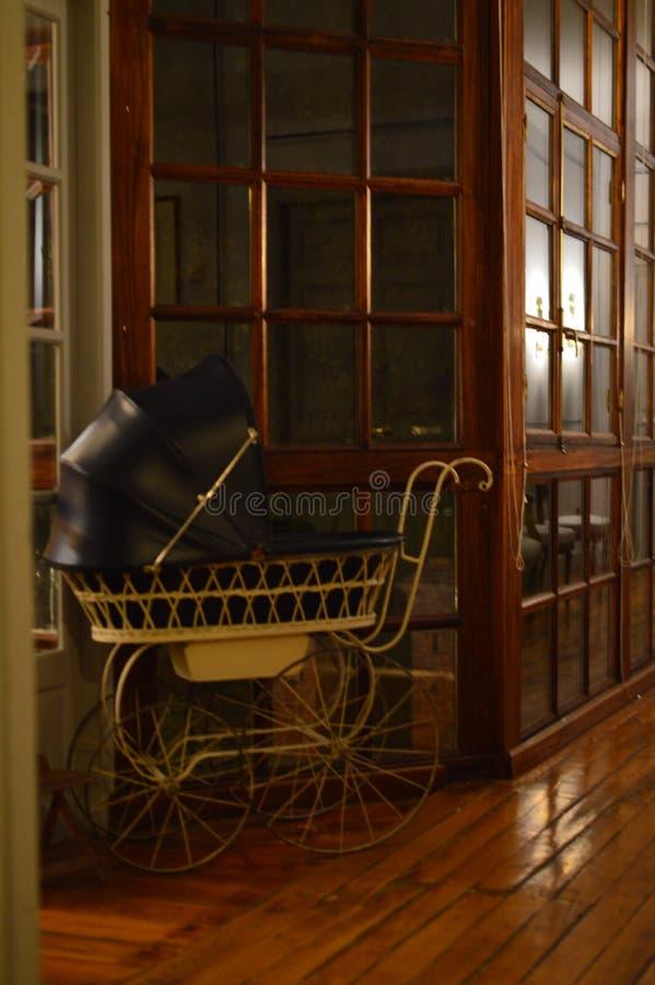 Los años 50 del carro de bebé Interiores, muebles, vintage, decoración fotografía de archivo libre de regalías