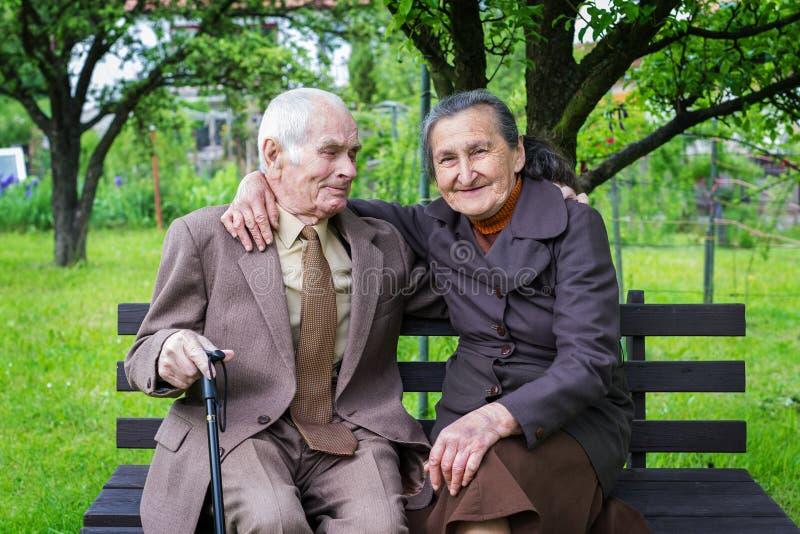 Los 80 años más lindos casaron a la pareja que presentaba para un retrato en su jardín Del amor concepto para siempre imagen de archivo