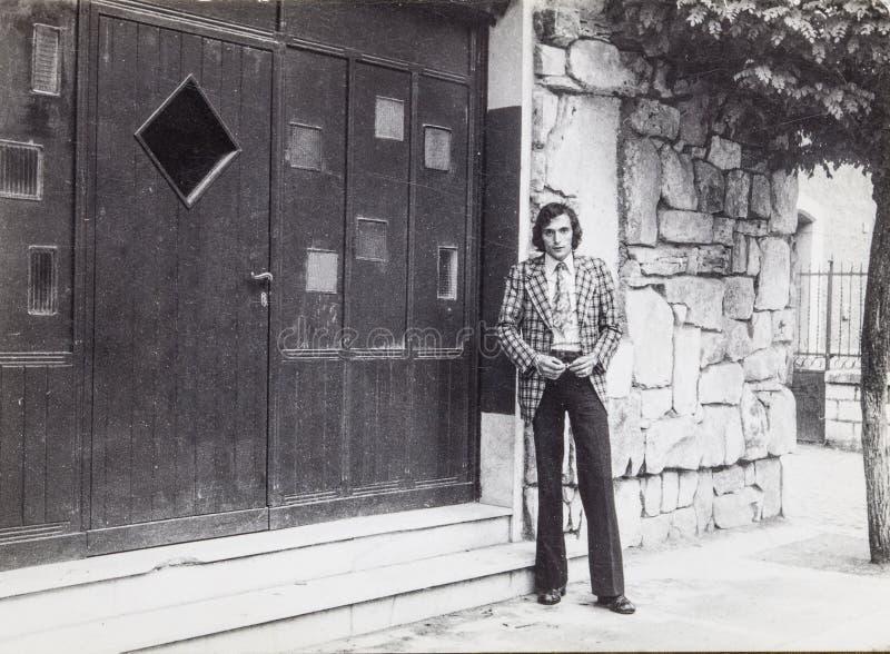 Los años 60 originales de la foto del vintage de un hombre al aire libre imagenes de archivo