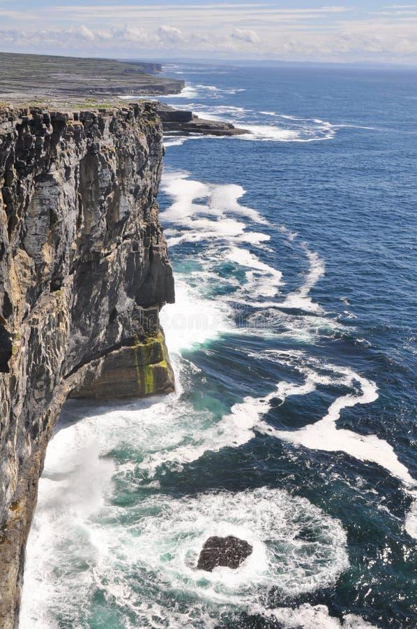 Los acantilados acercan al Dun Aengus, Inishmore, islas de Aran en Irlanda foto de archivo libre de regalías