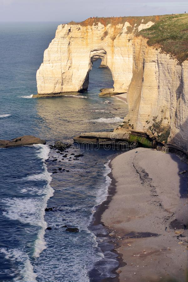 Los acantilados de Etretat en el Océano Atlántico apuntalan, costa del alabastro, Normandía, Francia foto de archivo libre de regalías