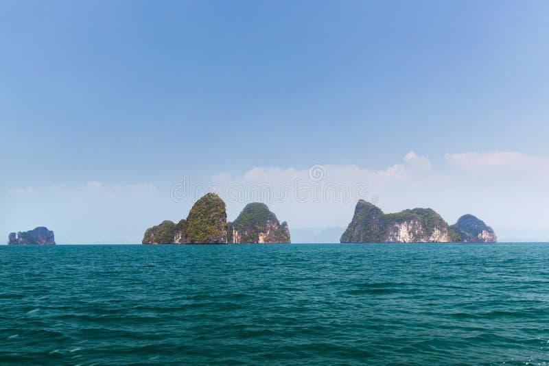 Los acantilados de la isla de Krabi en el océano riegan en Tailandia imagenes de archivo