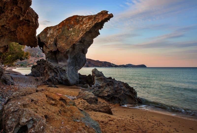Los acantilados en la arena varan, Agios Ioannis, isla Limnos, Grecia foto de archivo libre de regalías