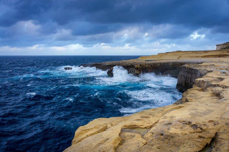 Los acantilados en la isla de la opinión de Gozo sobre Reqqa señalan Invierno, Malta foto de archivo