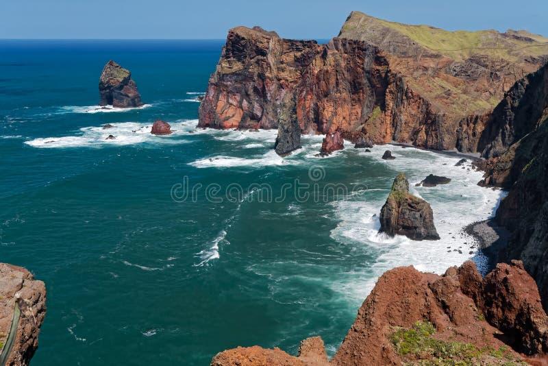 Los acantilados en St Lawrence Madeira que muestra la roca vertical inusual forman imagen de archivo
