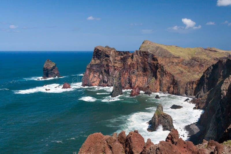 Los acantilados en St Lawrence Madeira que muestra la roca vertical inusual forman fotos de archivo libres de regalías