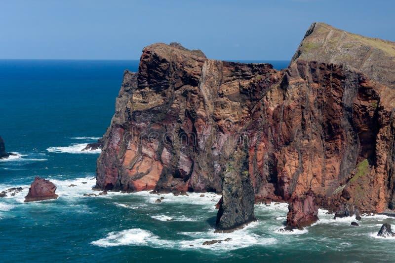 Los acantilados en St Lawrence Madeira que muestra la roca vertical inusual forman fotografía de archivo libre de regalías