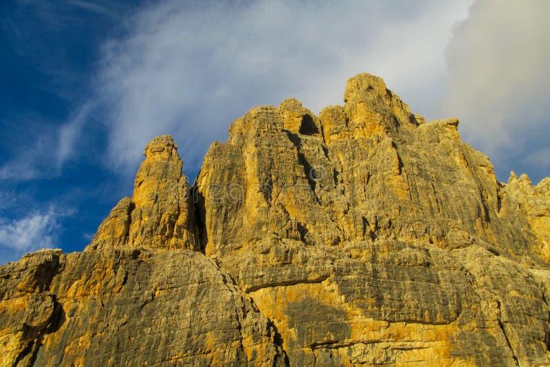 Los acantilados rocosos se elevan en la luz de las montañas de las dolomías, Dolomiti di Brenta de la puesta del sol foto de archivo libre de regalías