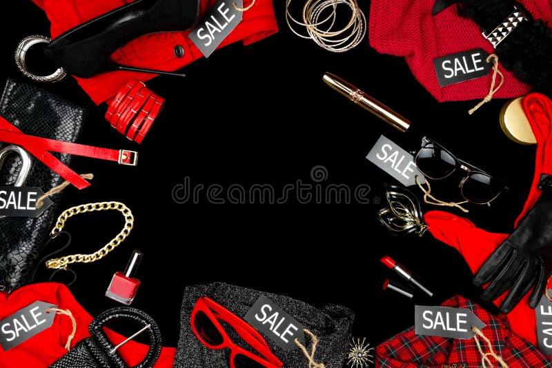 Los accesorios de la mujer y ropa de la moda como: cartera, purs, tacones altos negros, ganancias, esmalte de uñas rojo y barra d foto de archivo libre de regalías