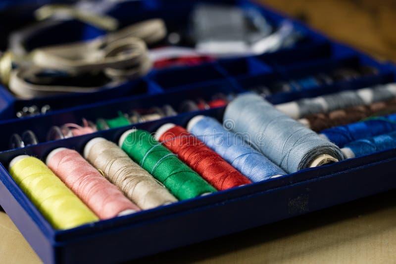 Los accesorios de la ropa se separaron en una tabla de madera ligera Hilos, sci foto de archivo