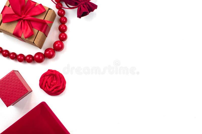 Los accesorios de las mujeres de empaquetado de la caja de regalo una vista superior del fondo blanco puesto plano imagenes de archivo
