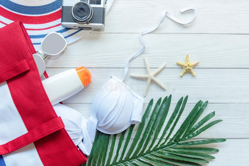 Los accesorios del verano, bikini blanco, cámara van a las vacaciones del día de fiesta del plan de viaje en la playa Mar tropica imagen de archivo libre de regalías