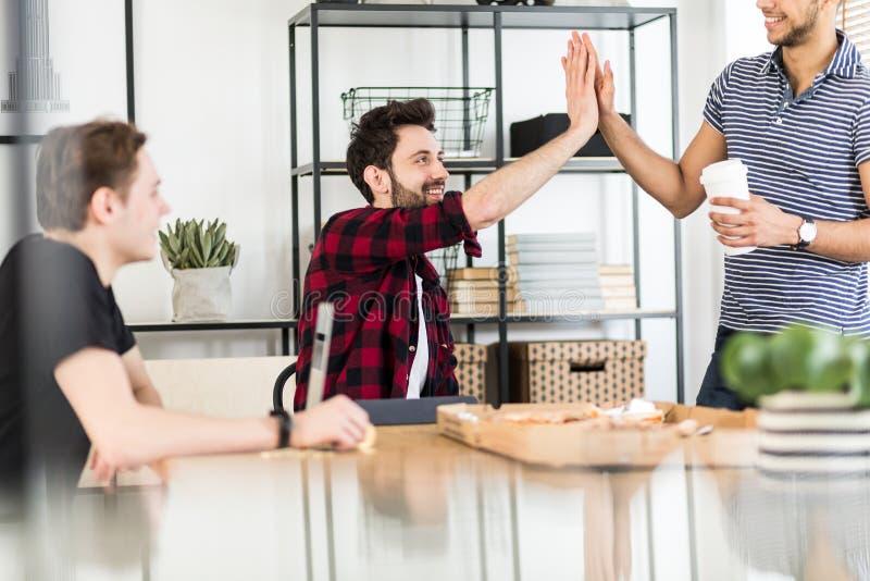 Los accionistas felices que se saludan con altos cinco después de van imagen de archivo libre de regalías