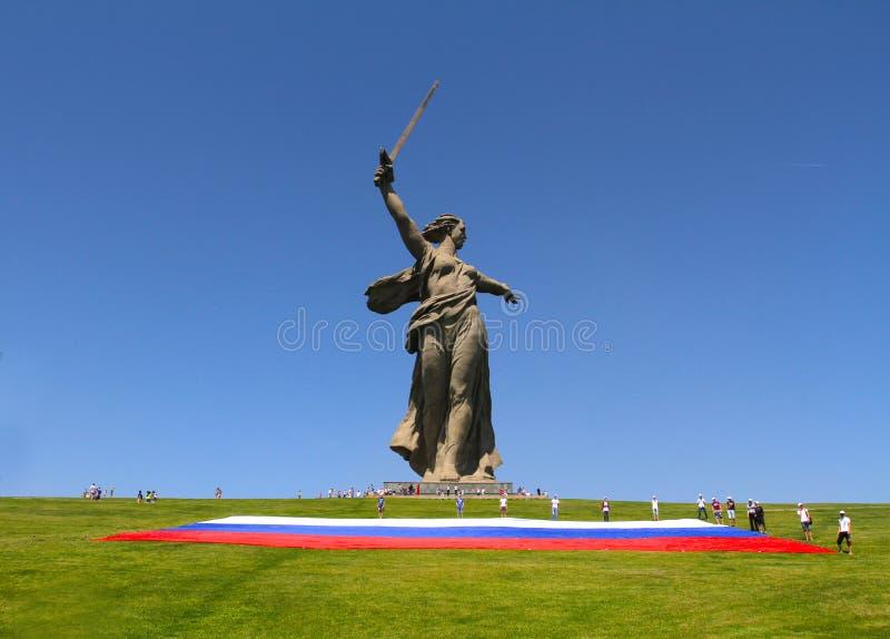 Los activistas despliegan una bandera rusa grande en el día de Rusia en la colina de Mamaev en Stalingrad foto de archivo libre de regalías