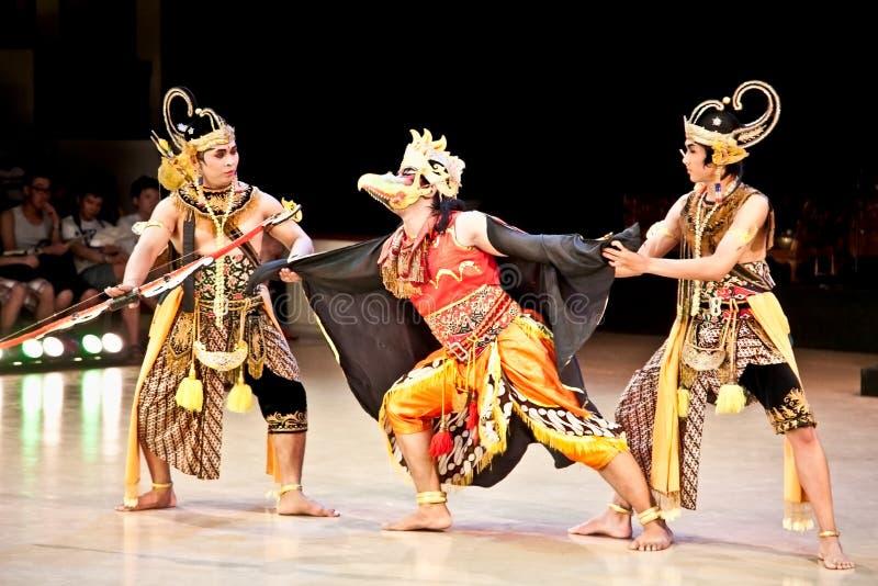 Los actores del ballet de Ramayana se realizan en el templo de Prambanan en Yogyak imagen de archivo