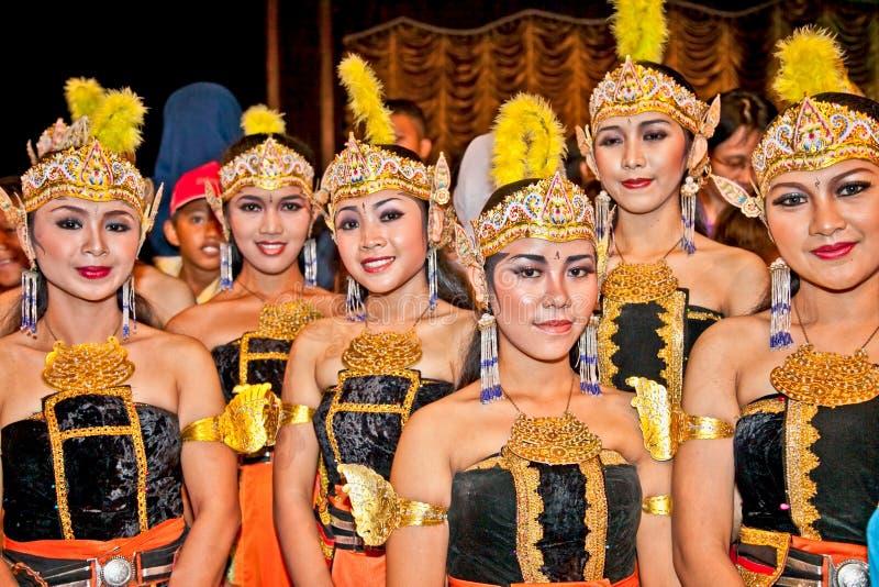 Los actores del ballet de Ramayana se realizan en Purawisata Jogja en Yogya imágenes de archivo libres de regalías
