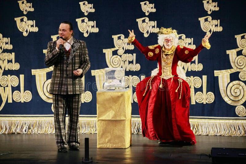 Los actores del caballero Pezho de las muñecas del teatro que vaga en la piel de ante del teatro imagen de archivo libre de regalías