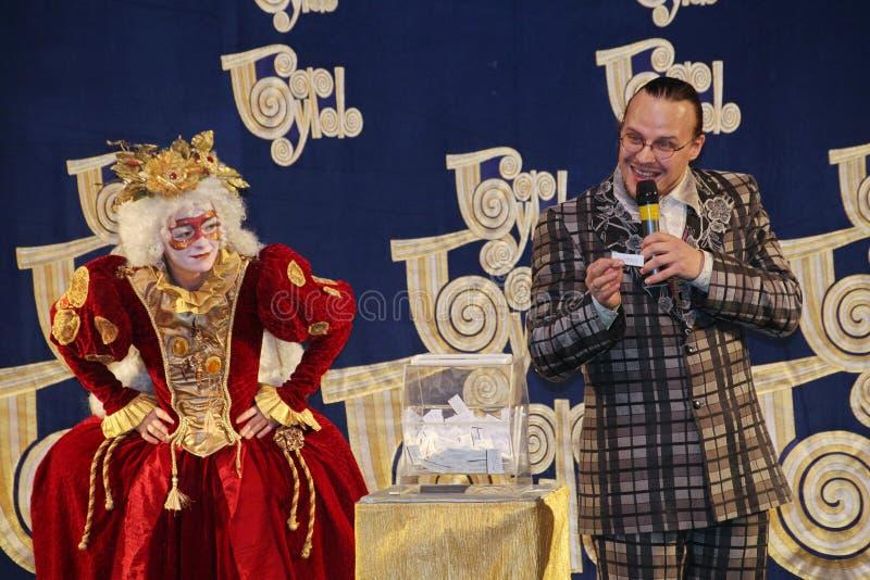 Los actores del caballero Pezho de las muñecas del teatro que vaga en la piel de ante del teatro imagen de archivo