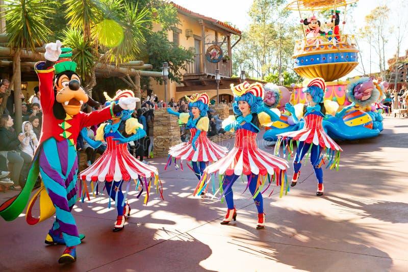 Los actores en trajes coloridos que participan en DisneyWorld desfilan foto de archivo