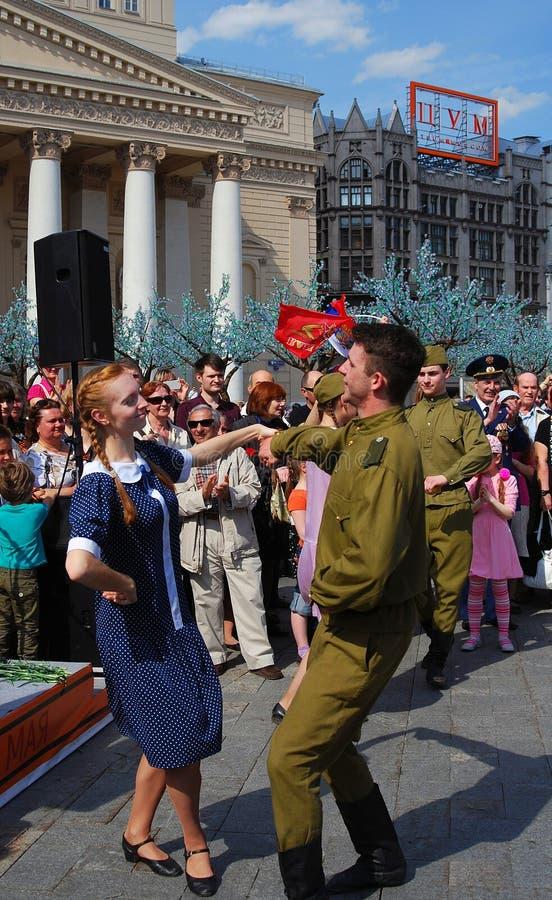 Los actores jovenes bailan las danzas rusas foto de archivo libre de regalías