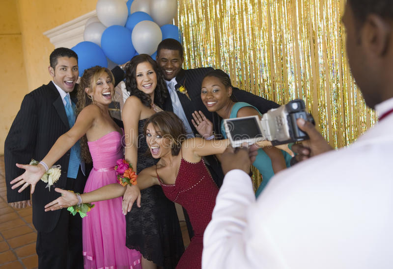 Los adolescentes bien vestidos que presentan para la cámara de vídeo en la escuela bailan imagen de archivo libre de regalías