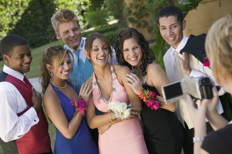 Los adolescentes bien vestidos que presentan para la cámara de vídeo fuera de la escuela bailan fotografía de archivo libre de regalías