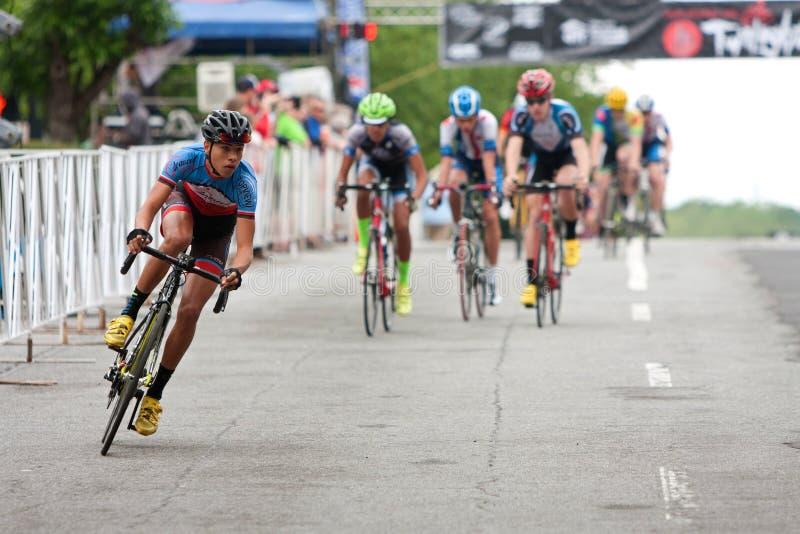 Los adolescentes compiten en raza aficionada de la bici en las calles de la ciudad foto de archivo libre de regalías