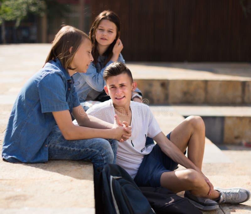 Los adolescentes comunican en patio imagen de archivo libre de regalías