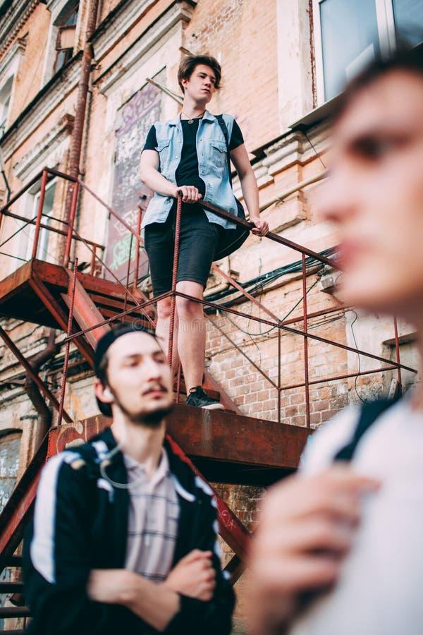 Los adolescentes cuelgan hacia fuera ocio urbano del estilo de la juventud fotografía de archivo