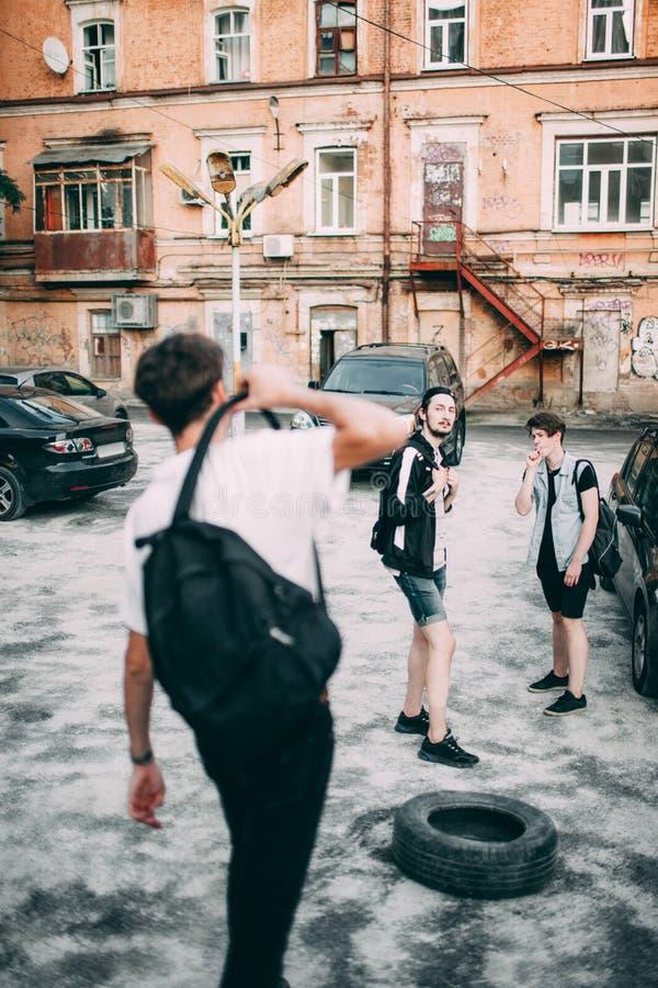 Los adolescentes cuelgan hacia fuera ocio urbano del estilo de la juventud foto de archivo libre de regalías