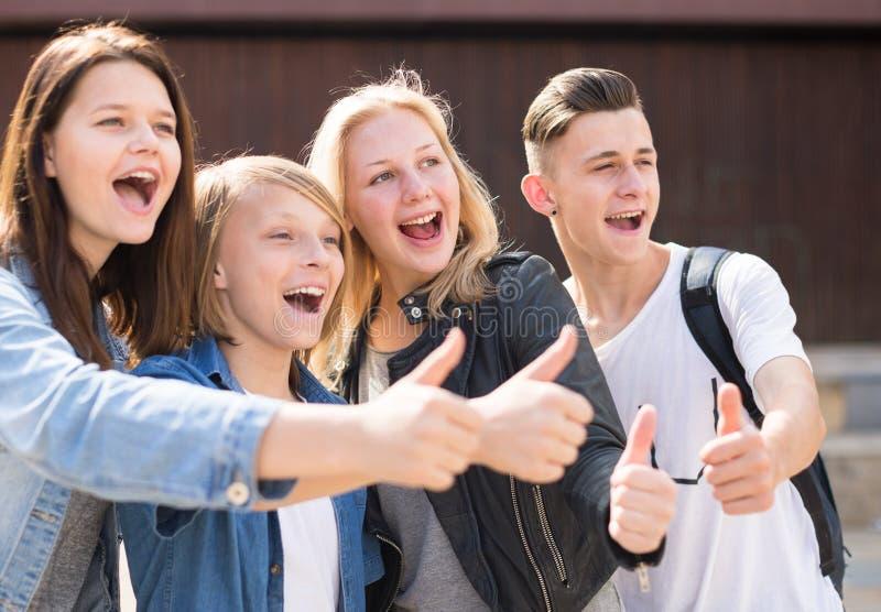 Los adolescentes muestran sus pulgares para arriba foto de archivo libre de regalías