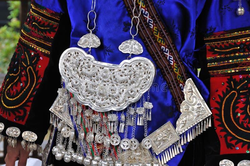 Los adornos de la ropa y de la plata del miao imagenes de archivo