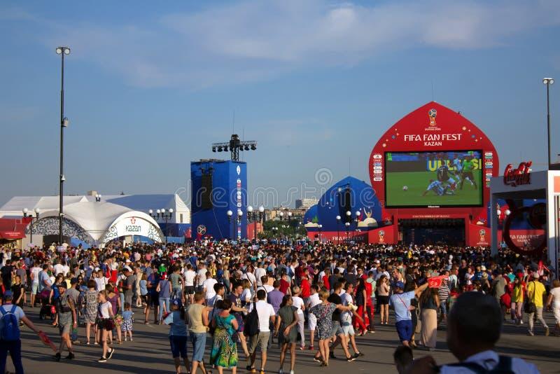 Los aficionados al fútbol miran el juego Francia contra la Argentina en la arena la FIFA imagen de archivo