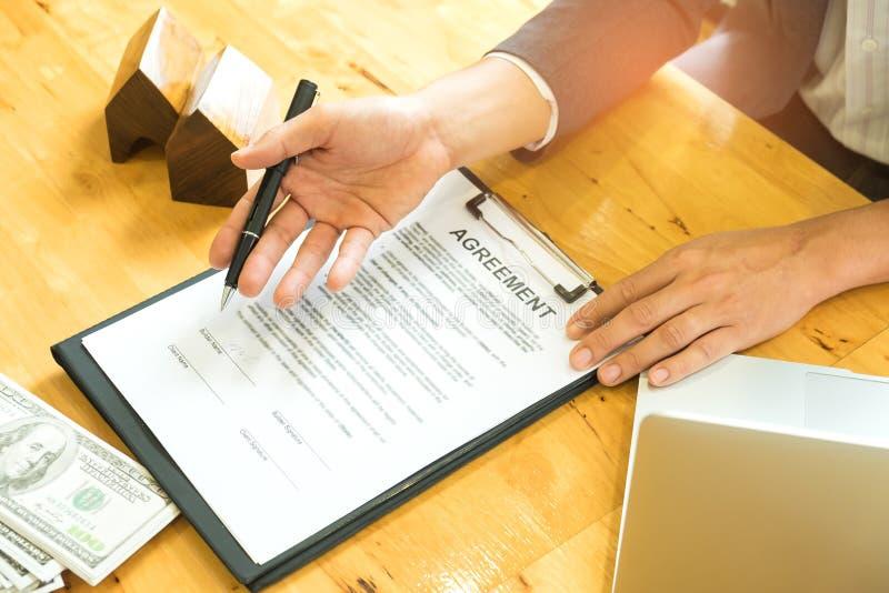 Los agentes de las ventas de casas están introduciendo los acuerdos de comercio caseros fotos de archivo