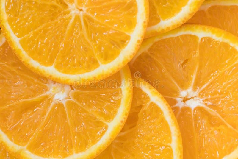 Los agrios anaranjados cortan el fondo fotografía de archivo