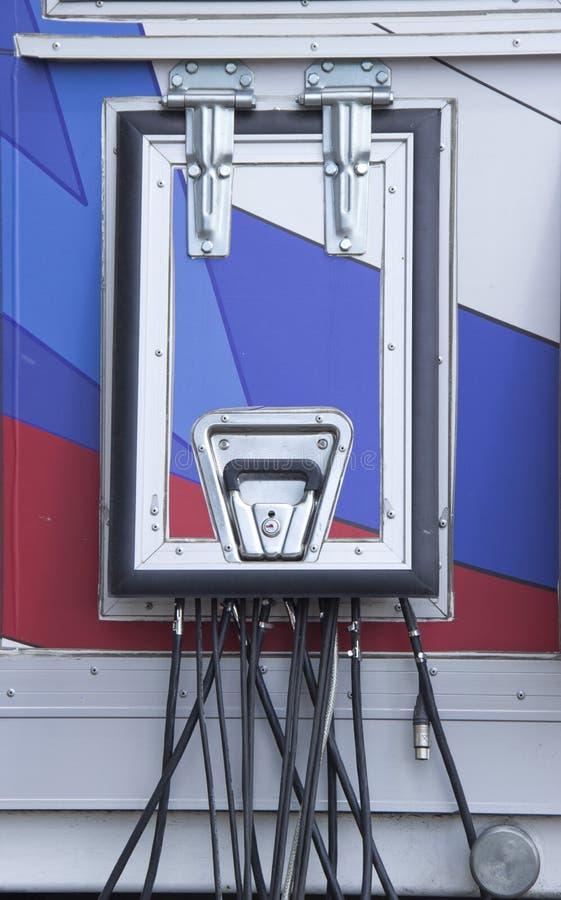Los alambres eléctricos se ponen a través de la portilla tecnológica foto de archivo