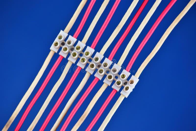 Los alambres eléctricos son conectados afianzando los terminales con abrazadera Cableado para la fuente de alimentaci?n y transmi foto de archivo