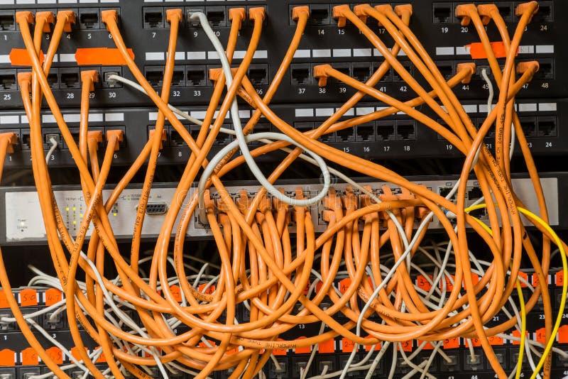 Los alambres y los cables Informática, dispositivo de la red, Internet fotografía de archivo