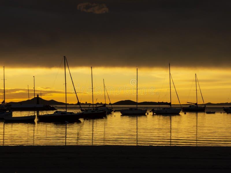 Los Alcazares, Hiszpania Port morski podczas zadziwiającego wschód słońca z słońca odbiciem na wodzie fotografia stock