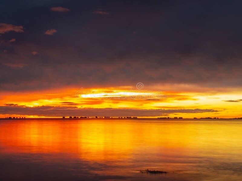 Los Alcazares, regi?n de Murcia, Espa?a Salida del sol que sorprende en la playa con la reflexi?n del sol en el agua fotos de archivo libres de regalías