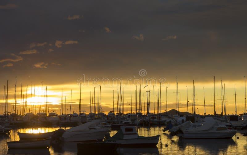 Los Alcazares, Spanje De zeehaven tijdens een verbazende zonsopgang met zonbezinning over water royalty-vrije stock foto