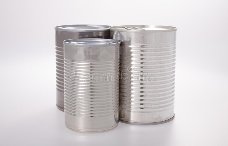 Los alimentos de aluminio pueden aislarse sin etiquetas en blanco foto de archivo libre de regalías