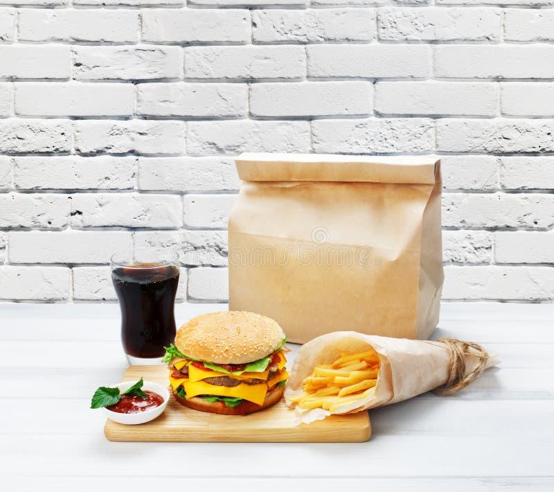 Los alimentos de preparación rápida se llevan Hamburguesa, cola y fritadas fotografía de archivo libre de regalías