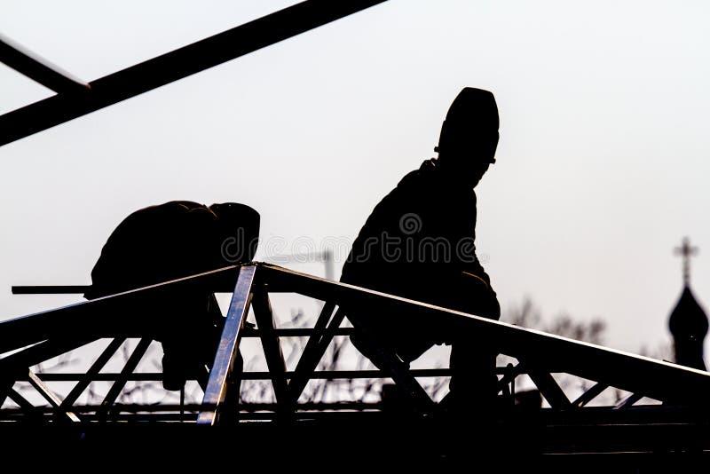Los alto-constructores de los trabajadores construyen un tejado imágenes de archivo libres de regalías